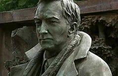 Памятник актеру Вячеславу Тихонову соединили с сюжетом «Поклонение волхвов»