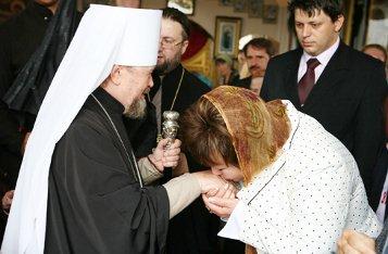 Зачем мы целуем руку священника?